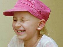 Из-за операции на мозге девочка постоянно смеется и не может остановиться