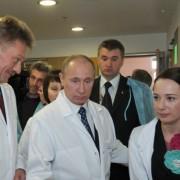 Путин пообещал пациентке онкоцентра сводить ее в Кремль