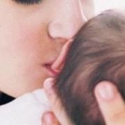 Женщине с раком яичника удалось родить сына