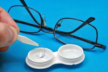 Что выбрать человеку с плохим зрением: очки или контактные линзы?
