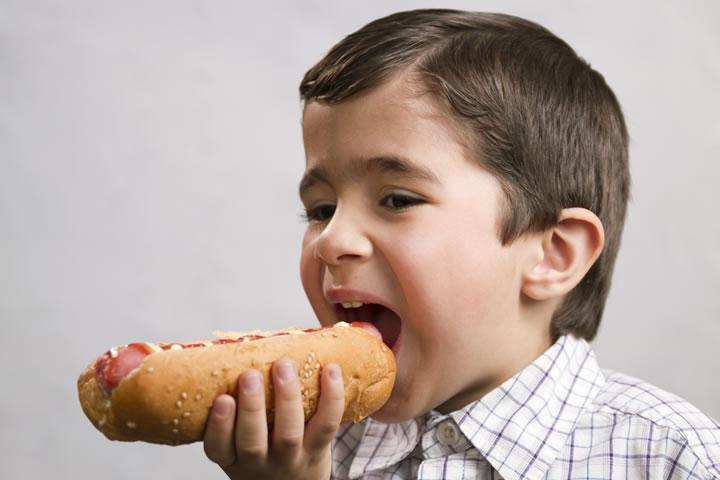 Хотдоги провоцируют рак у детей