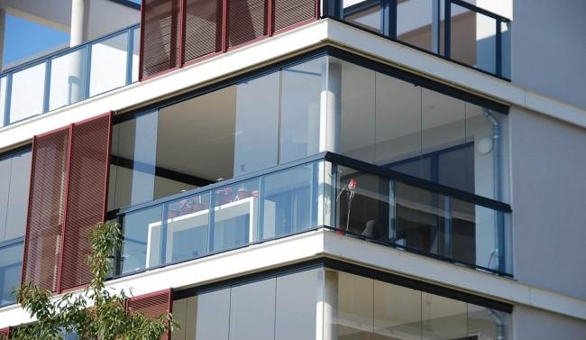 Плюсы, минусы и сложности остекления балконов