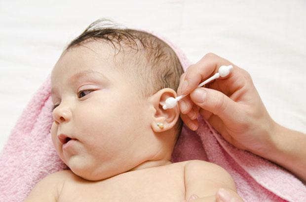 Как новорожденному чистить ушки