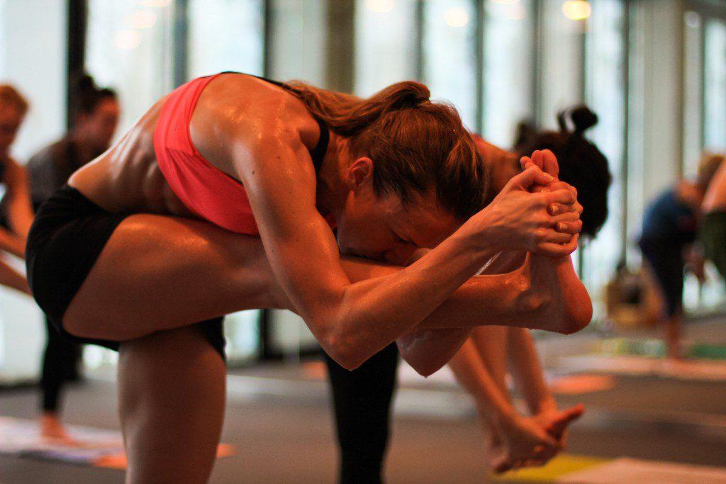 Горячая йога: омолаживающие асаны для самых красивых дам