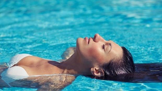 Плавание может сделать солнцезащитный крем токсичным