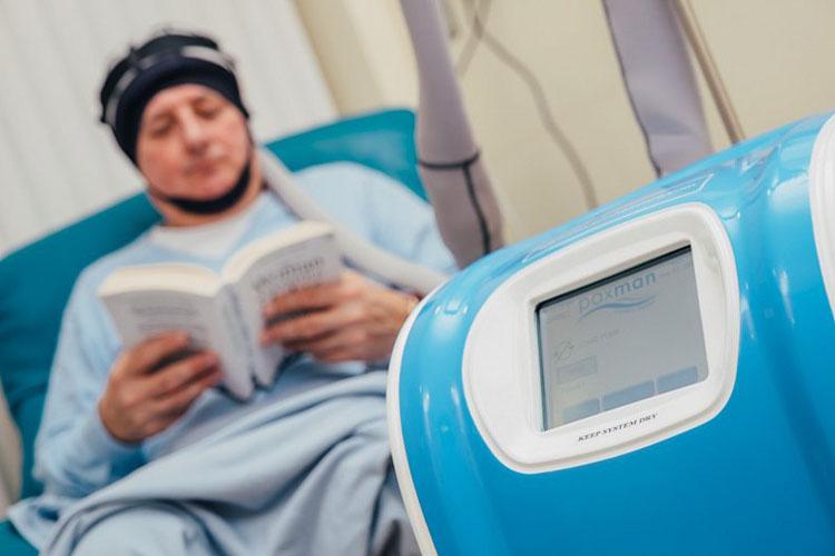 С выпадением волос при химиотерапии справится охлаждающий шлем