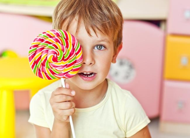 Ученые рассказали, как сладости убивают детей