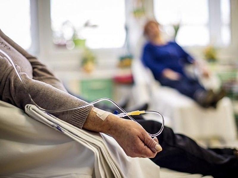 Химиотерапия сильнее бьет по женщинам, чем по мужчинам