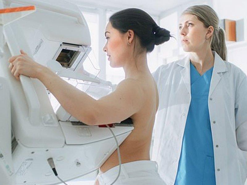 Для защиты от рака груди маммограммы нужны уже после 30