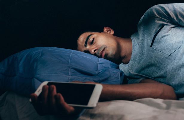Вызывает ли сон со смартфоном рак