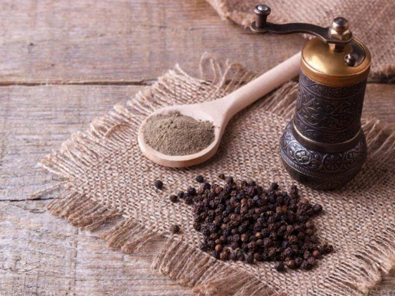 Для защиты от рака, диабета и болезней мозга: причины использовать черный перец ежедневно
