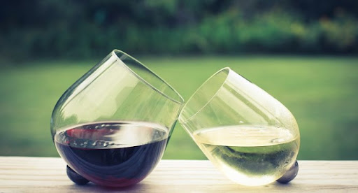 Бутылка вина повышает риск рака подобно 10 сигаретам в неделю